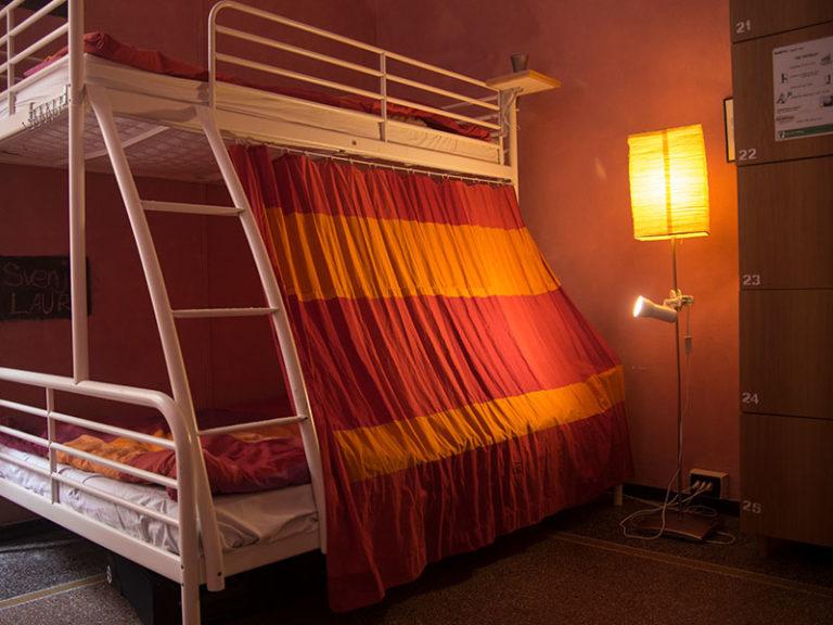 Letti della camera rosa, Manena hostel