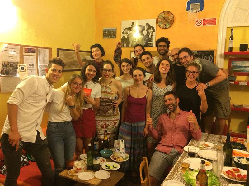 Gruppo di viaggiatori a Manena Hostel